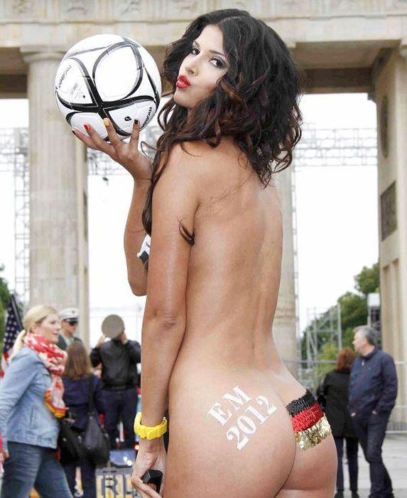 Микаэла Шефер разделась в поддержку немецкой сборной (27 фото)