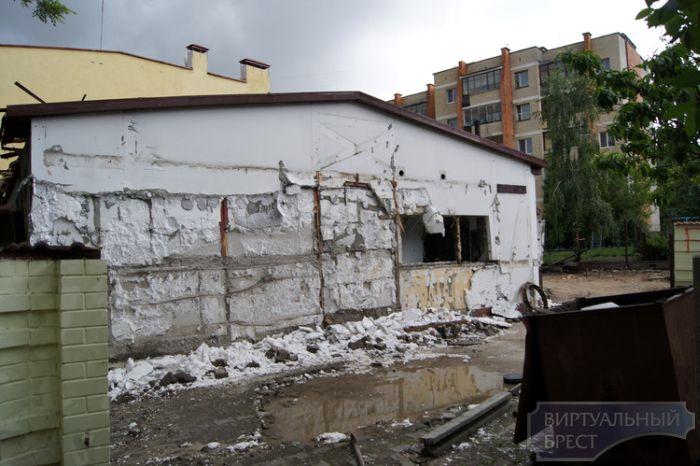 Владелец разгромил свой бар от отчаяния (6 фото)