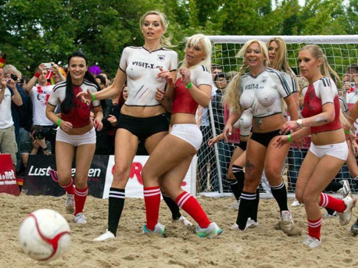Порнозвезды сыграли в футбол (9 фото)