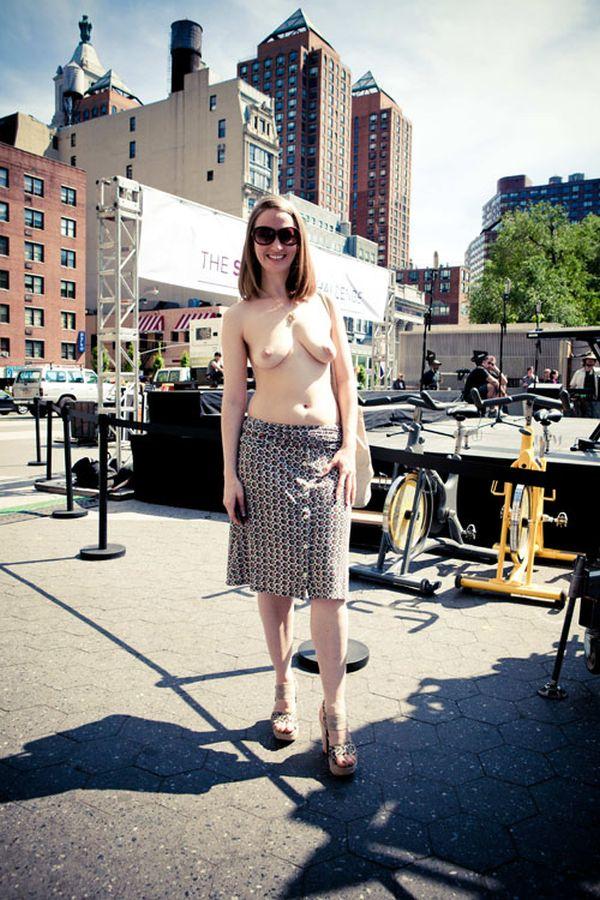 В Нью-Йорке девушкам разрешено гулять топлес (5 фото)