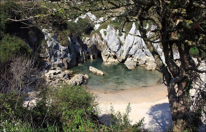 Необычный пляж на пустыре (3 фото)