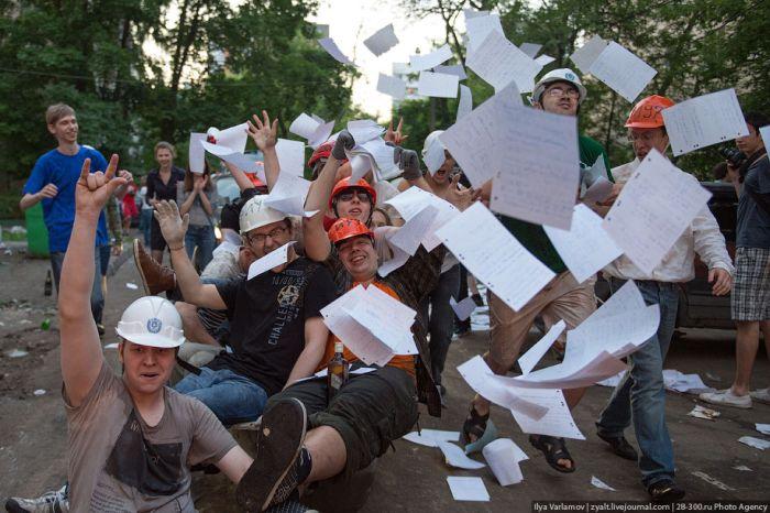 Катание инженеров на тазиках (36 фото)