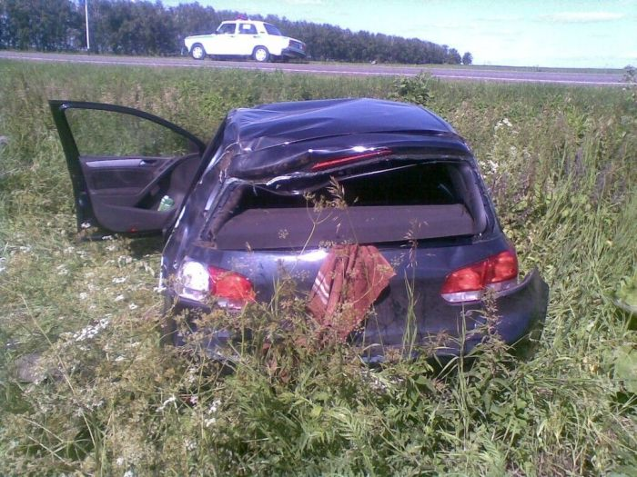 Водитель ассенизатора не заметил легковой автомобиль (5 фото + видео)