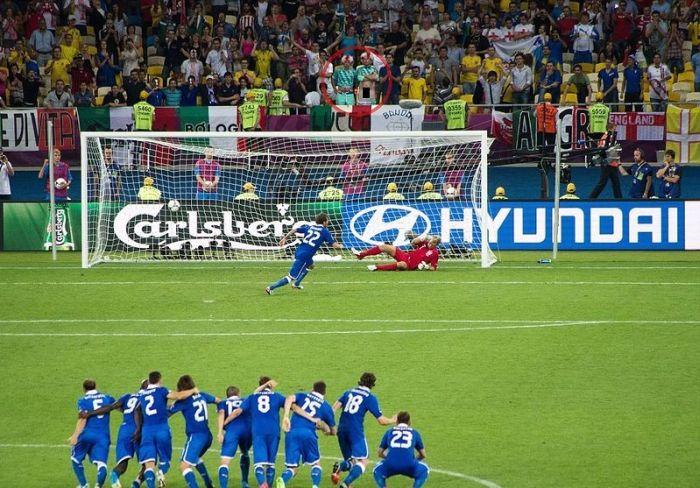 Отчаянная попытка футбольного болельщика отвлечь вратаря (3 фото)