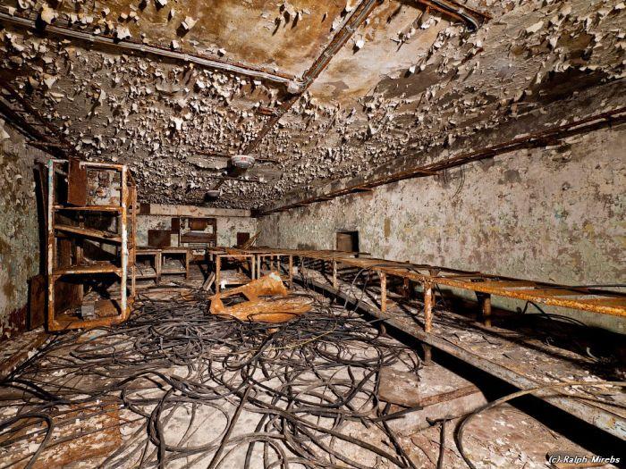 Заброшенный секретный узел связи (24 фото)