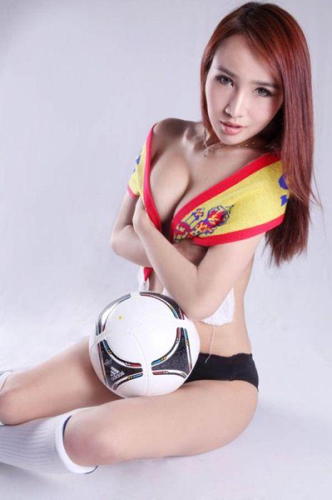 Китайские модели под впечатлением от Евро-2012 (19 фото)