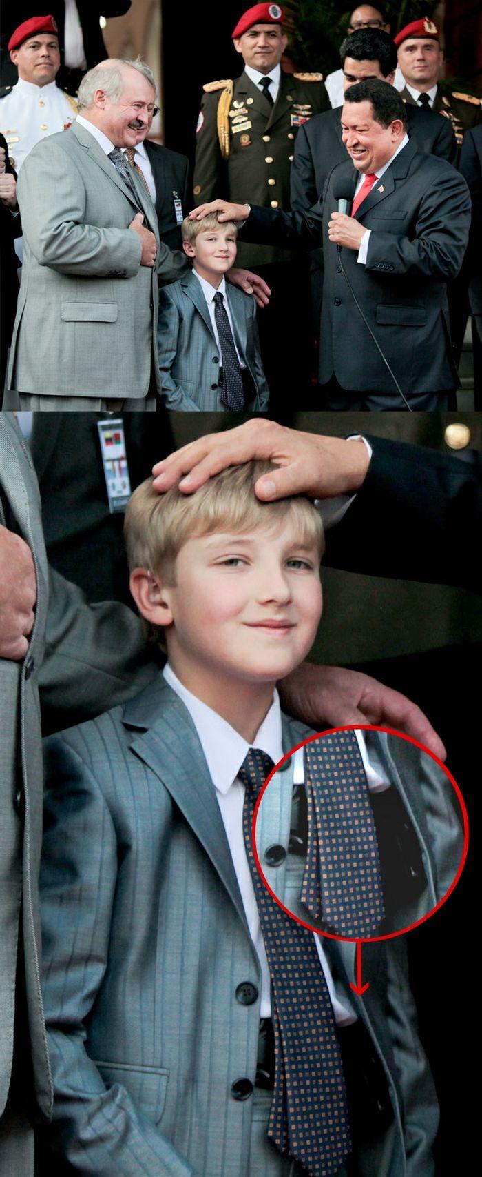 Коля Лукашенко ходит с пистолетом (4 фото)