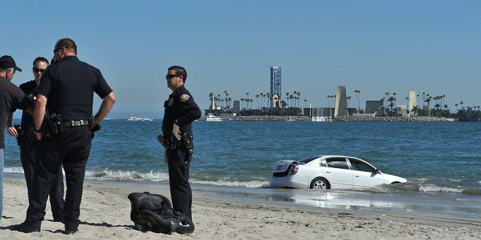 Сумасшедший парень на пляже (4 фото)