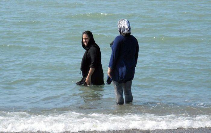 Женщины на пляжах Ирана (5 фото)