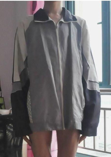 Креативное платье из мужской спортивной куртки (4 фото)
