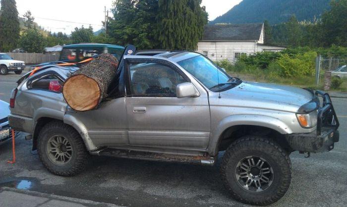 Внедорожник Toyota против дерева (4 фото)