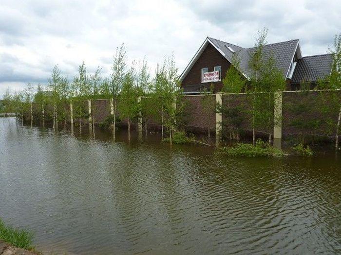 Особняк на берегу озера (3 фото)