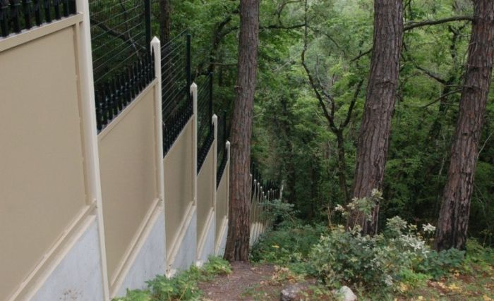 Вокруг дворца Патриарха забор продолжает расти (9 фото)