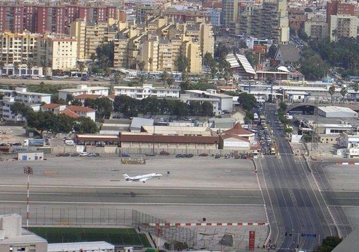 Аэропорт на шоссе (8 фото)