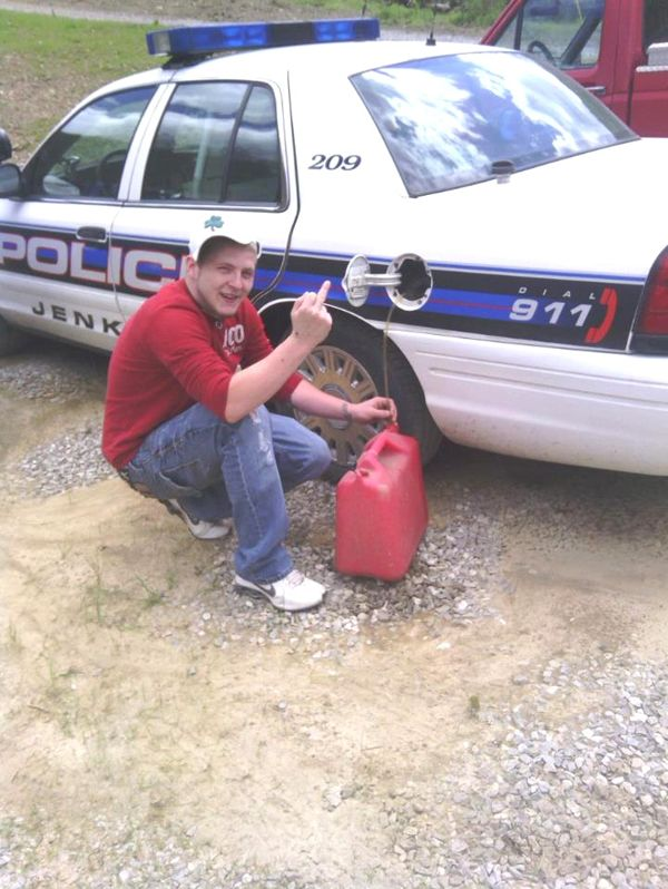 Слил бензин у полицейских и получил срок (2 фото)