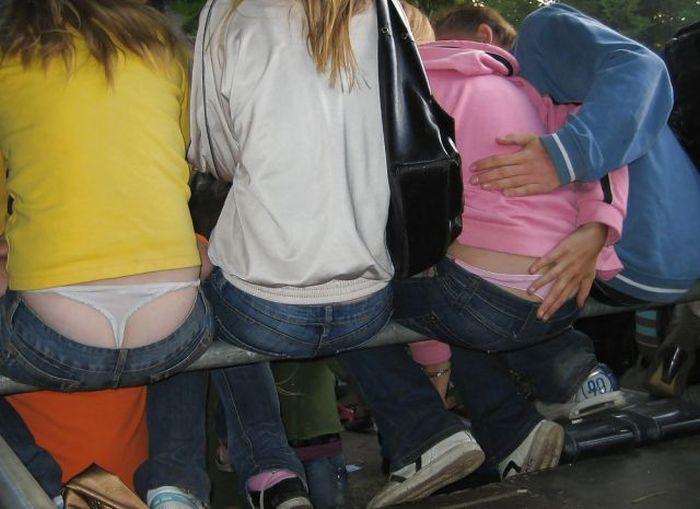 девушки без белья в джинсах фото