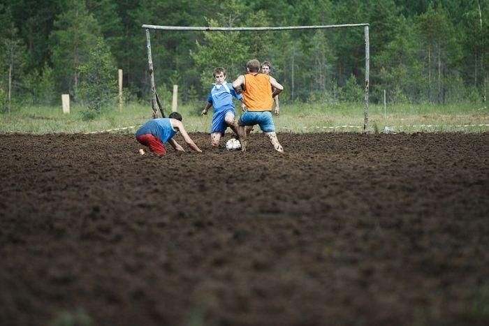 Чемпионат России по футболу на болотах (22 фото)