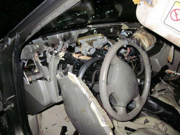 Кто уничтожает автомобили в тихом городке? (9 фото)