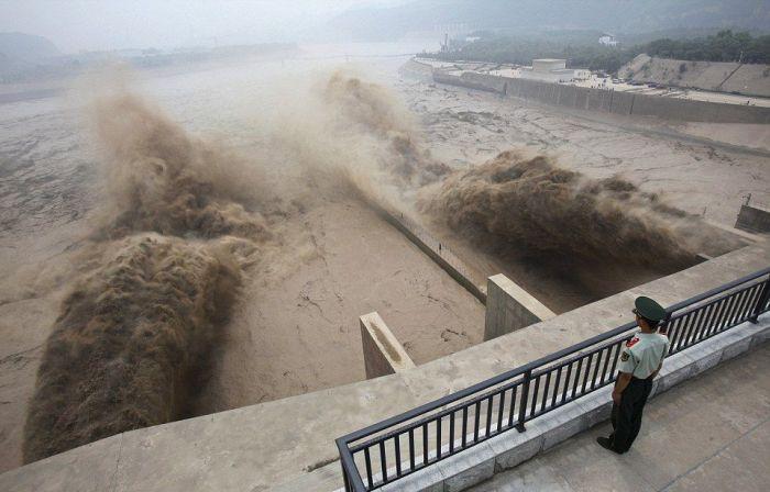 Крупнейшая в мире гидроэлектростанция запущена в эксплуатацию (6 фото)