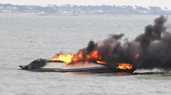 Дорогостоящая яхта сгорела дотла при первом спуске на воду (4 фото)