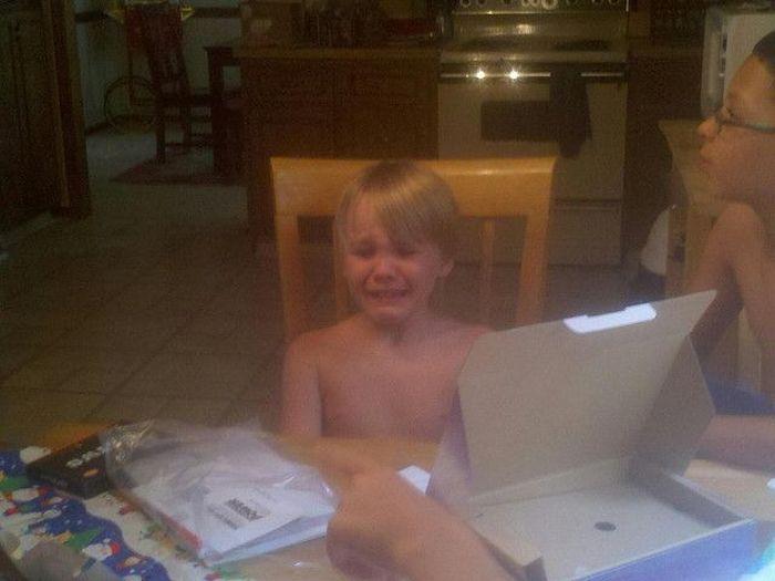 Розыгрыш ребенка с долгожданным подарком (7 фото)
