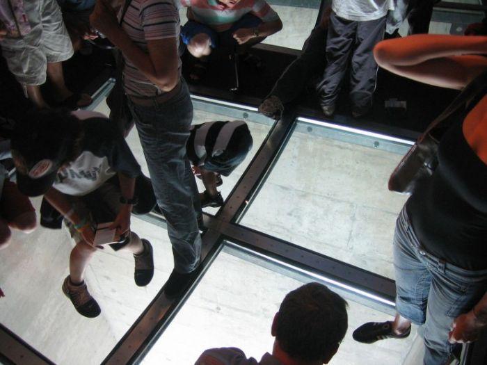 Пол из стекла (24 фото)