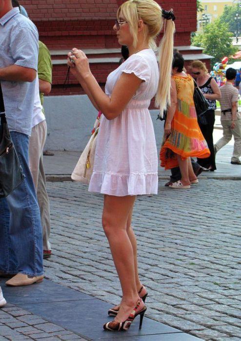 Девушки в коротеньких юбках фото