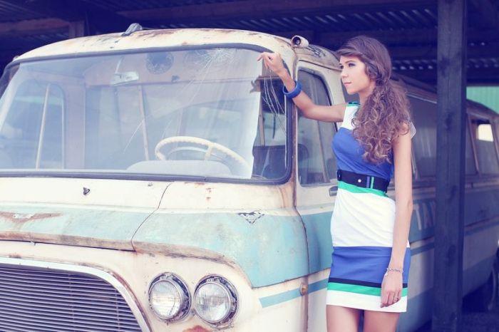 Девушки и ретро-автомобили (56 фото)