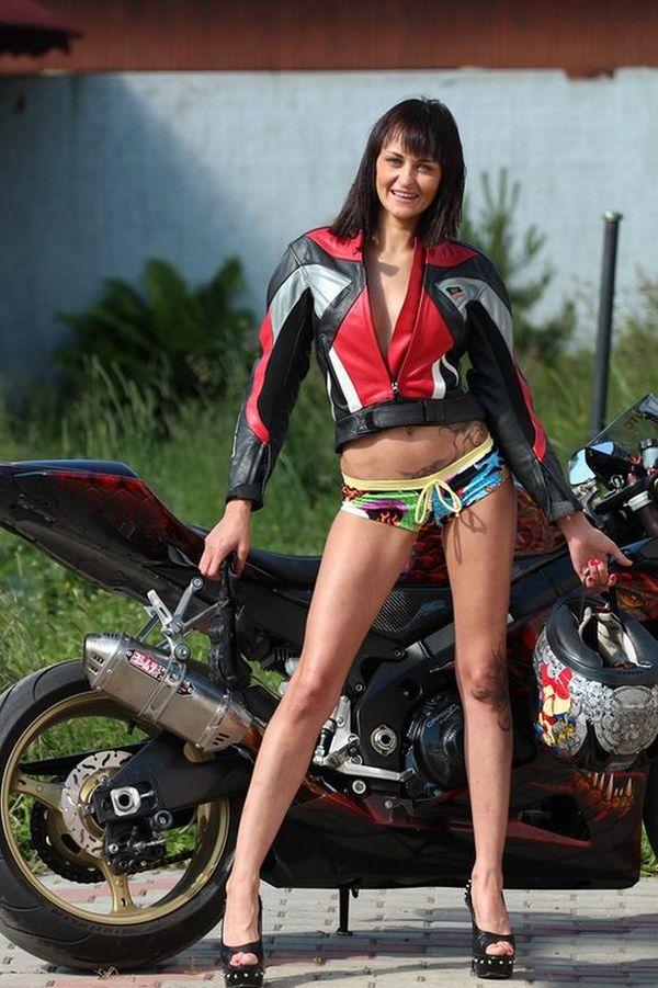 Эмма - любительница мотоспорта (15 фото)