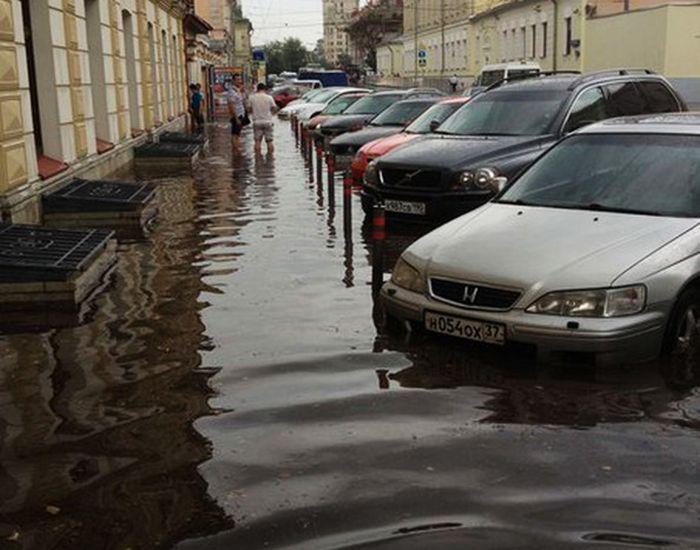 Центр Москвы затопило после ливня (12 фото + видео)