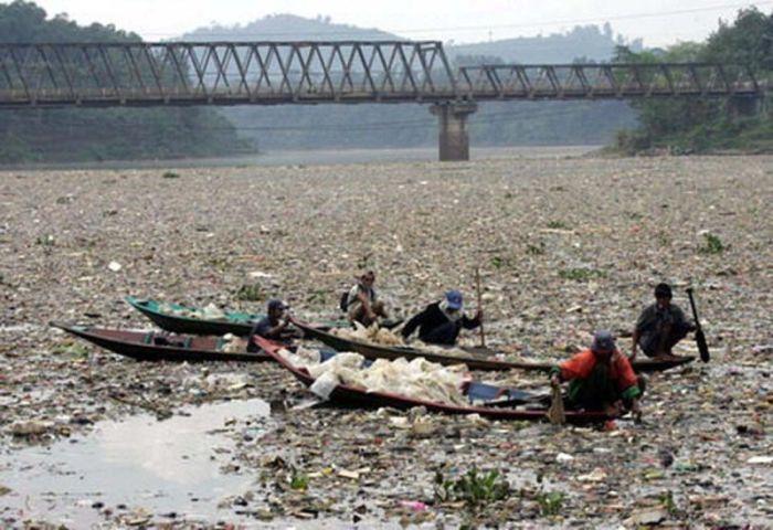 Самая грязная река на планете (8 фото)