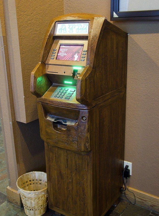 Деревянный банкомат своими руками (2 фото)