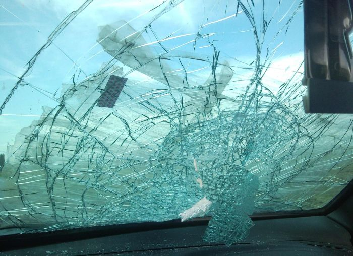 Неопознанный предмет пробил лобовое стекло (7 фото)