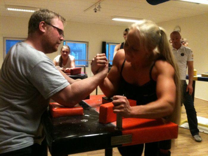 Блондинка, которая легко победит вас в армрестлинге (15 фото)