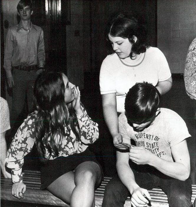 Короткие юбки из прошлого (107 фото)