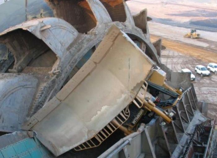 Экскаватор Bagger 288 не заметил бульдозер (4 фото)