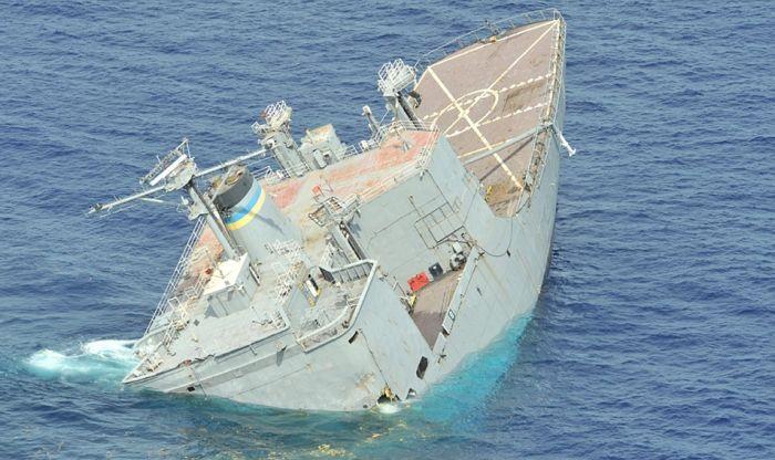 Затопление военного корабля (14 фото)