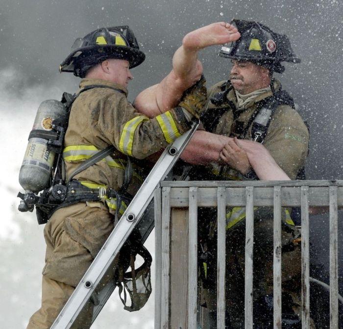 Кадры спасения мужчины с балкона горящего здания (5 фото)