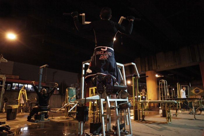 В каких условиях бразильцы занимаются в тренажерном зале (20 фото)