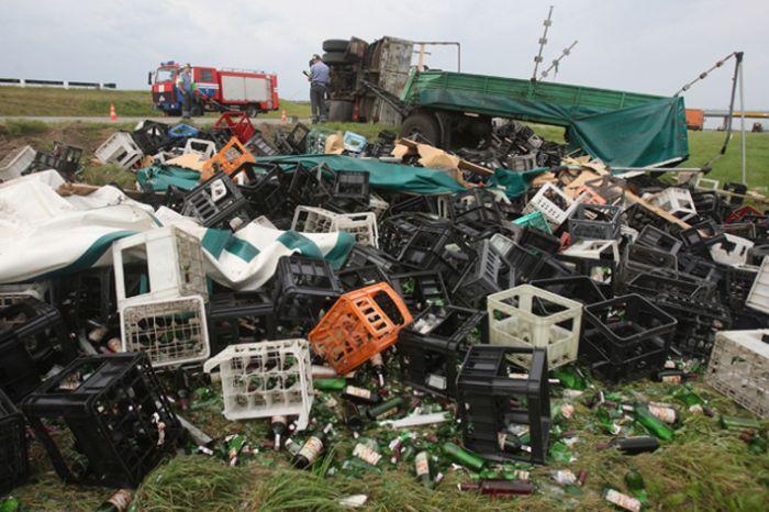 Пьяный водитель перевернул грузовик с алкоголем (4 фото)