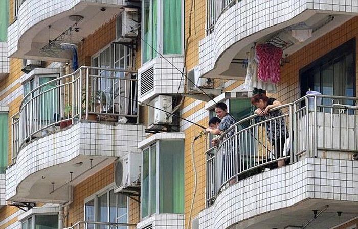 Что делают эти парни на балконе? (2 фото)
