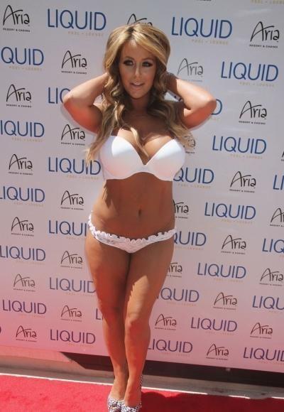 Белоснежные бикини на стройных телах знаменитостей (41 фото)