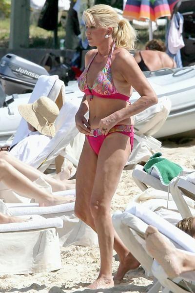 Сексуальные знаменитости в розовых бикини (47 фото)