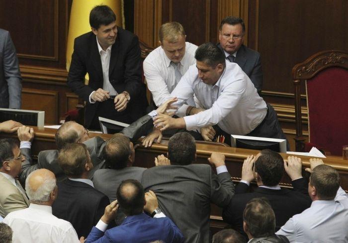 Массовые драки в украинском парламенте (12 фото)