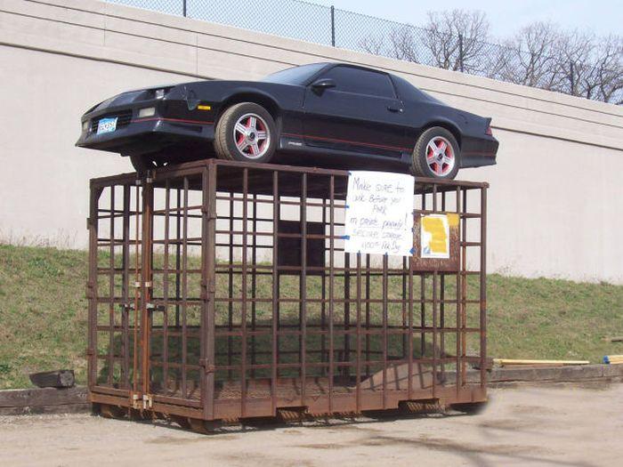 Припарковал машину в неположенном месте - жди сюрпризов (4 фото)
