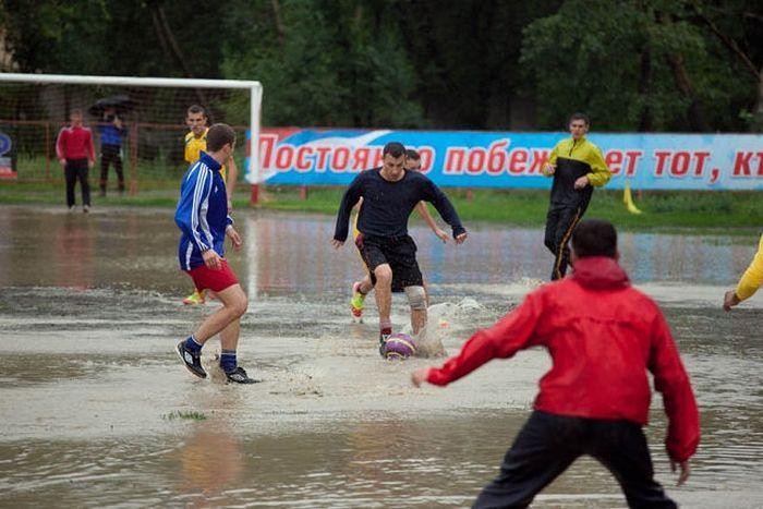 Грязный футбол (8 фото)