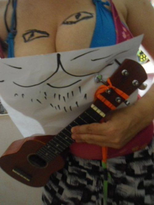 Девушка с пышной грудью развлекает сама себя (6 фото)