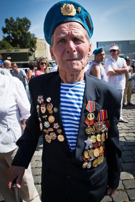 День ВДВ на Васильевском спуске в Москве (21 фото)