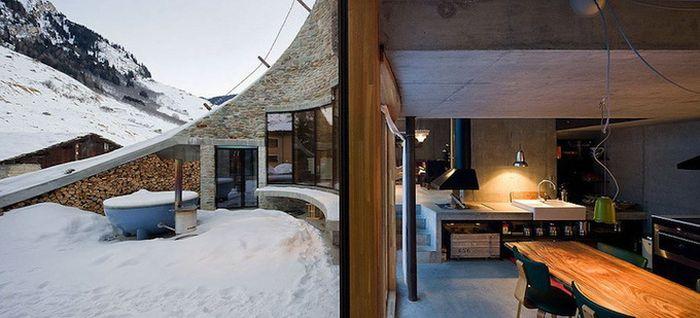 Дом внутри горы в швейцарских Альпах (19 фото)