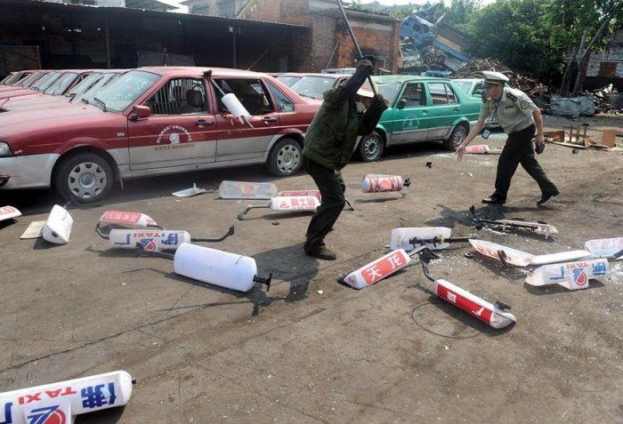 Как китайские таксисты борятся с нелегалами (7 фото)